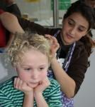 auch beim Zusammenbinden der Haare kann man sich helfen