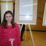 Celina neben ihrem prämierten Aufsatz
